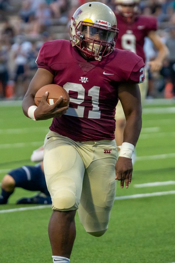 Trayse Holmes runs for the touchdown against Tomball Memorial High School